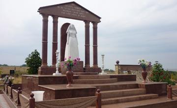 Скульптуры и бюсты на могилах